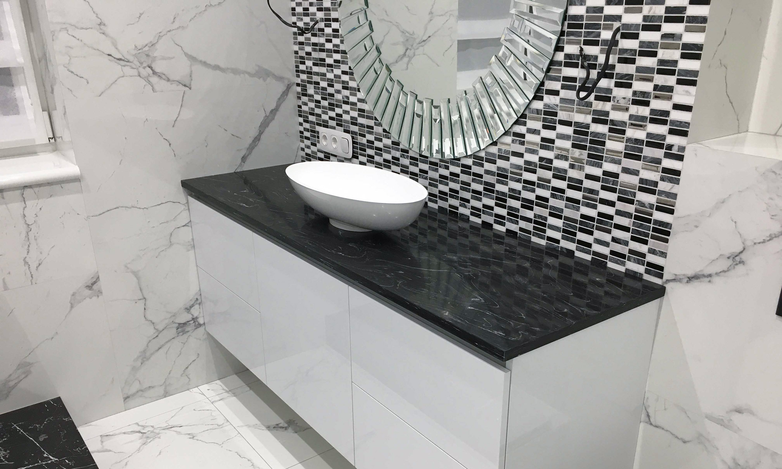 https://mascompany.com.ua/wp-content/uploads/2021/04/chernaya-stoleshnitsa-s-mramornymi-razvodami-iz-akrilovogo-kamnya-grandex-m-719-modern-acrylic-stone-main.jpg