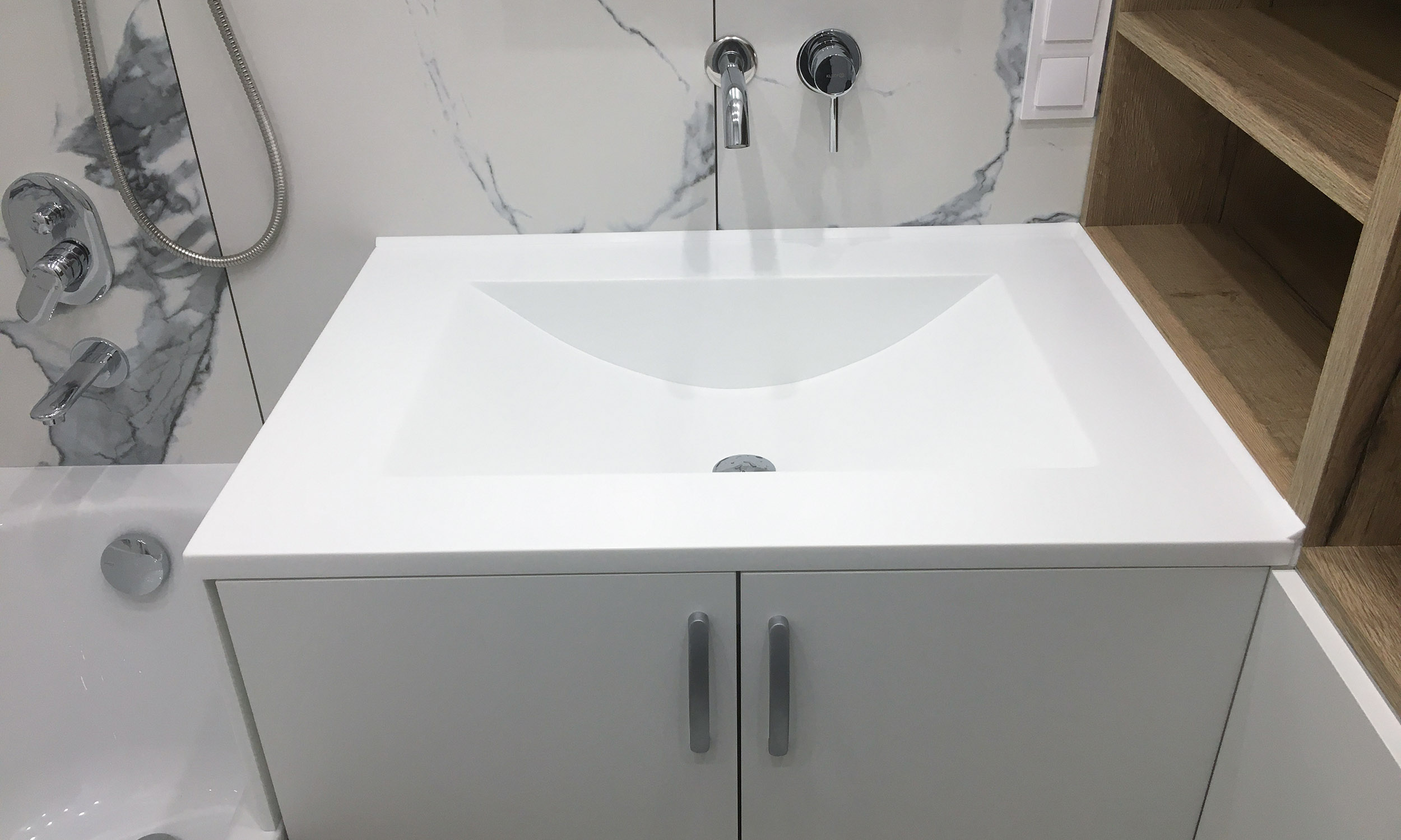 https://mascompany.com.ua/wp-content/uploads/2021/06/stoleshnitsa-s-bokovoy-panelyu-iz-kamnya-grandex-p-104-pure-white-modern-acrylic-stone-main.jpg