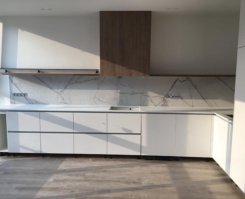 https://mascompany.com.ua/wp-content/uploads/2021/08/uglovaya-stoleshnitsa-iz-kvartsevogo-kamnya-caesarstone-1141-pure-white-modern-acrylic-stone-2.jpg